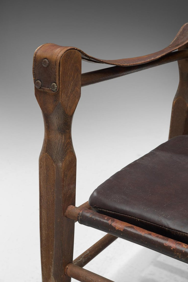 Mid-20th Century Safari Chair in Patinated Brown Leather and Oak, 1940s For Sale