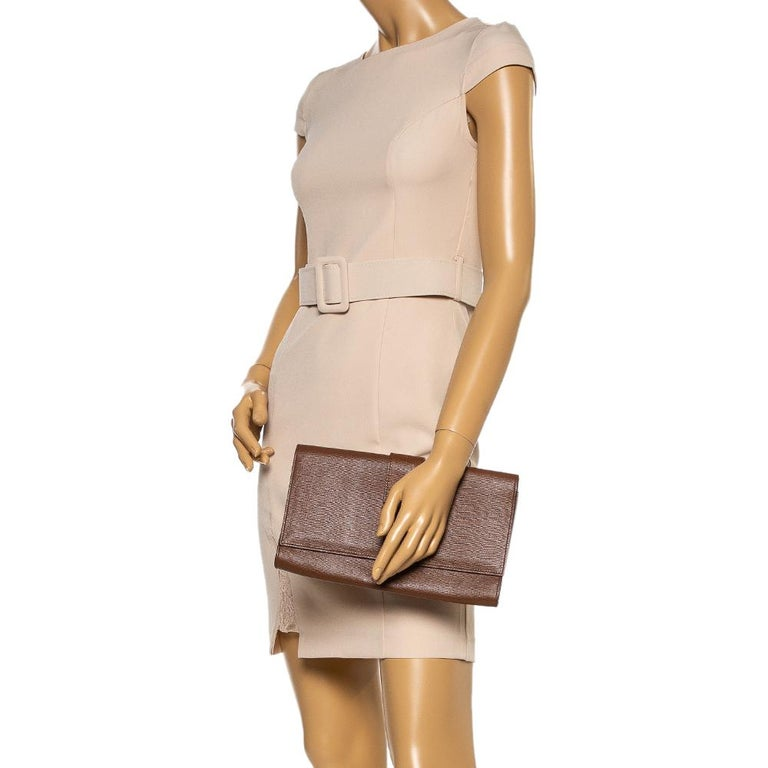 This Y-Ligne clutch from Saint Laurent Paris is one creation a fashionista like you must own. It has been wonderfully crafted from leather and it flaunts a brown shade. It also comes equipped with a front flap that opens to reveal a satin-lined