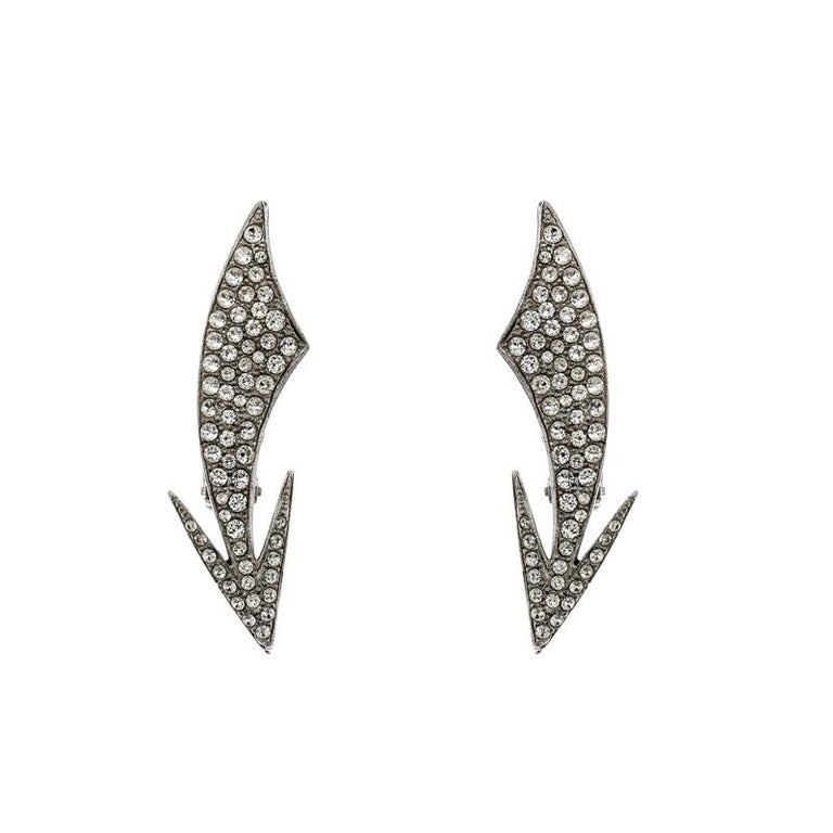 Wear with those special and elegant evening wear outfits and create a subtle glamorous look with these Saint Laurent Paris clip-on earrings. Constructed from silver-tone metal, these earrings are sculpted in the shape of a curved arrow and are