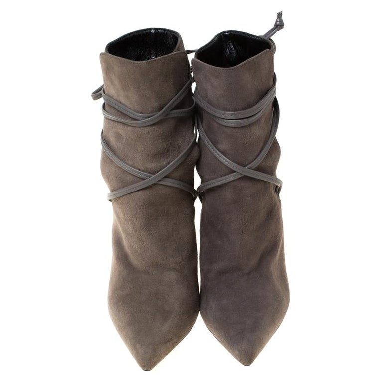 These boots from Saint Laurent Paris are here to elevate your style quotient. Exquisitely crafted from suede, they bear a sleek grey shade, lace-ups, pointed toes and high heels. Excellent craftsmanship blended with high-fashion is embodied in these