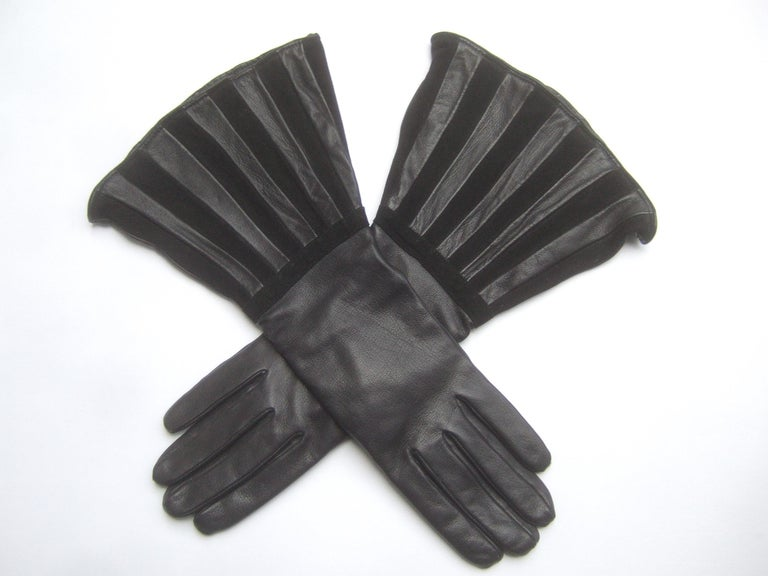 Saks Fifth Avenue Chic Avant-Garde Black Leather & Suede Trim Gloves c 1980s In Good Condition For Sale In University City, MO
