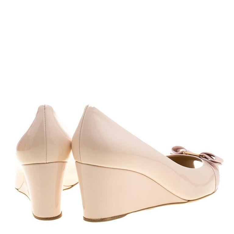 52f3a3a7f06 Beige Salvatore Ferragamo Blush Pink Patent Leather Sissi Bow Peep Toe Wedge  Pumps Siz For Sale
