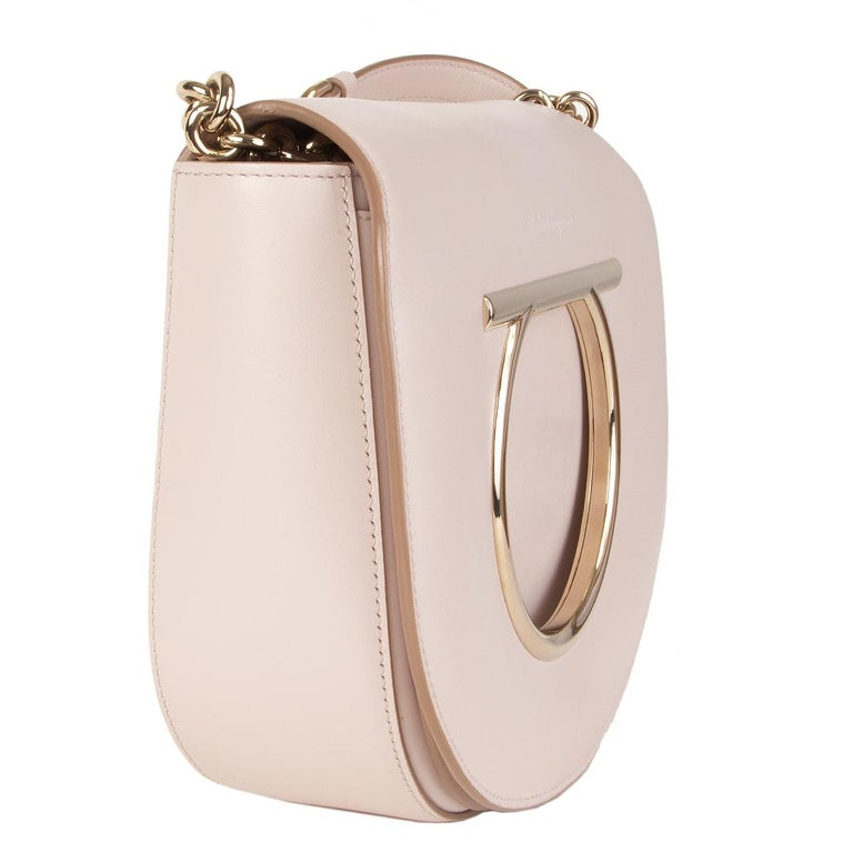 100% authentic Salvatore Ferragamo 'Vela' shoulder bag in pale nude calfskin. Opens with a flap with snap closure featuring the brand's iconic 'Gancio' embellishment in light gold-tone. It features a long adjustable shoulder strap with a chain