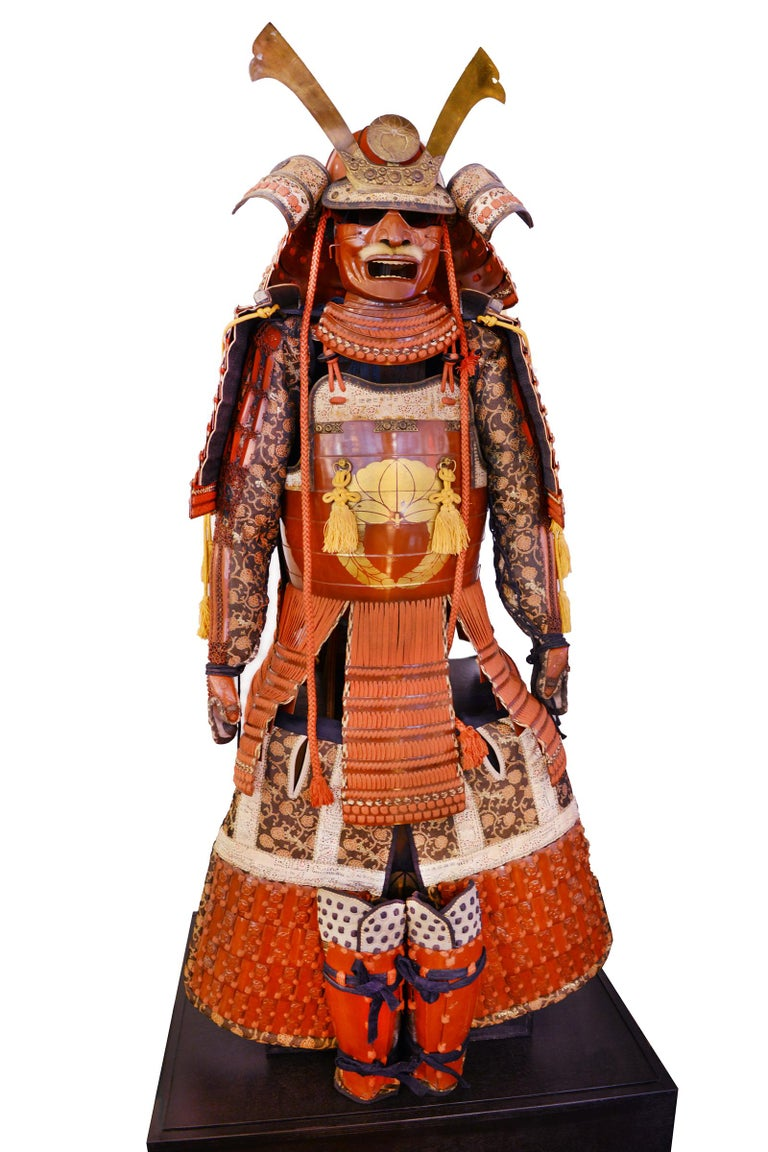 Samuraï Armor with Ka-To crest, Dai-Myo family from Mi-Kawa, family descending of the Fuji Wara. with wisteria (Sagari Fuji),  in coral red color. From early 20th century (1900-1930). In very good condition. Glass showcase with LED included.