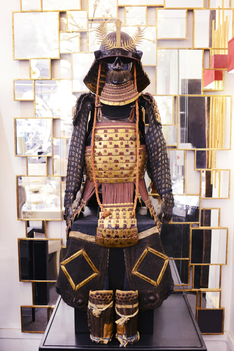 Mori-Kawa Samuraï Warrior Armor with coat of arms  (Hira-Gaku) from Mori-Kawa. Coat of arms (Hira-Gaku)  square laid flat. Family of Daimyo (Fudai-Daimyo), native  of Owari, residence of Na-go-ya. With handcrafted chain  mail protections. Under