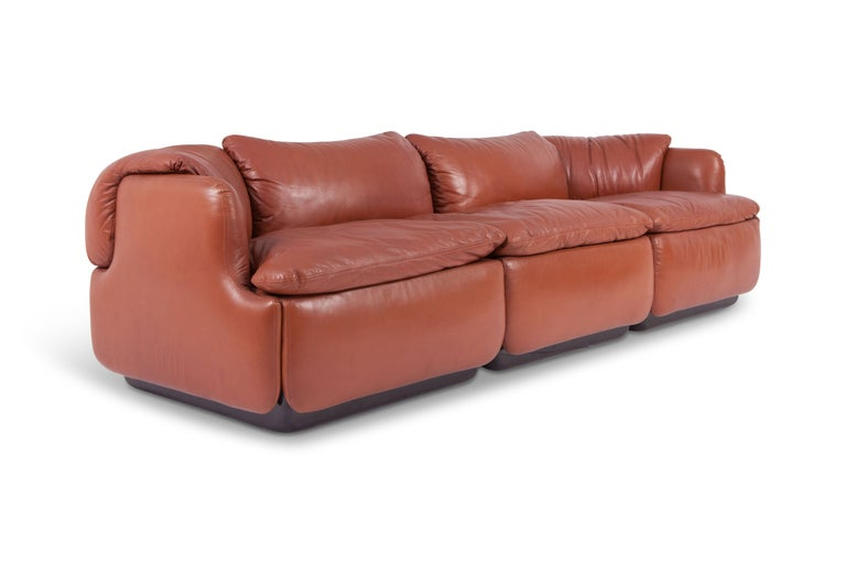 Postmodern 'confidential' three-seat sofa in high quality nappa leather, designed by Italian architect Alberto Rosselli in 1972 for Saporiti Italia. Especially the design of the back of this spectacular sofa makes it stand out from any