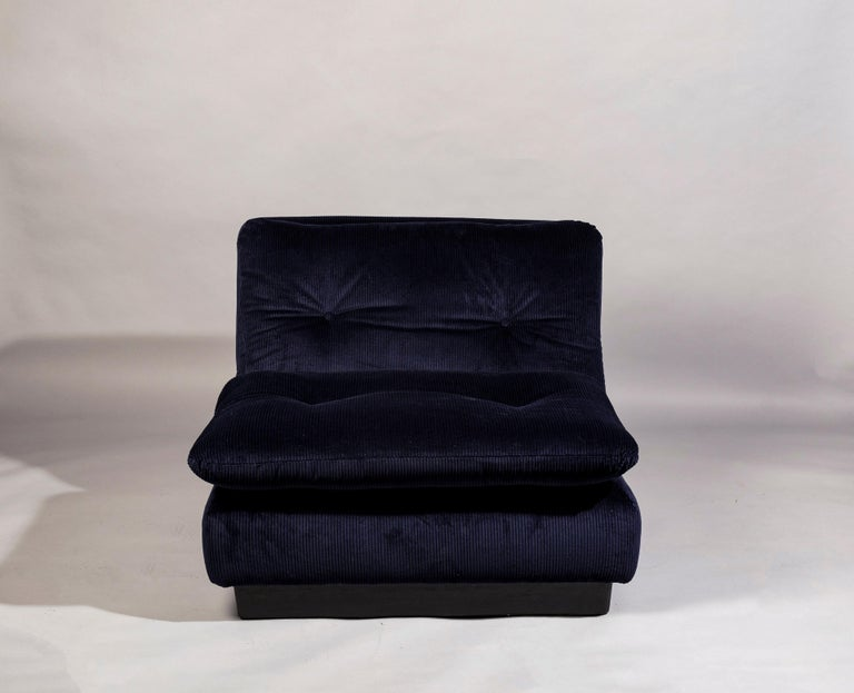 Beautiful pair of Saporiti Italia lounge chairs, Italy 1970s, reupholstered with dark blue Lelievre corduroy velvet.