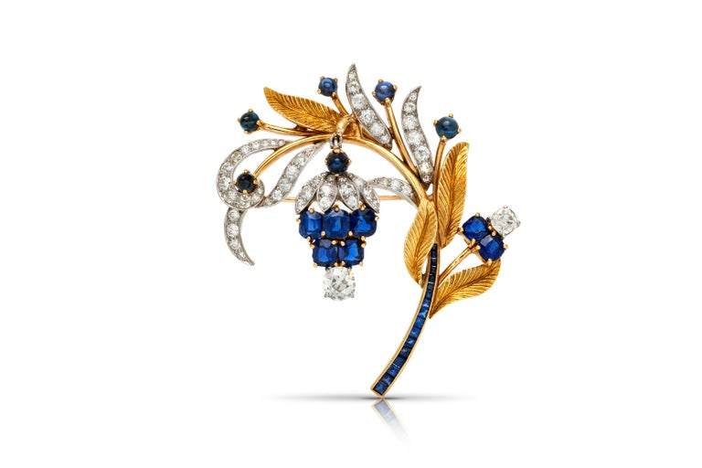 Brooch, finely crafted in 18k yellow gold and platinum with sapphires weighting approximately a total of 10.00 carats and diamonds weighting approximately a total of 4.00 carats. Circa 1940's.