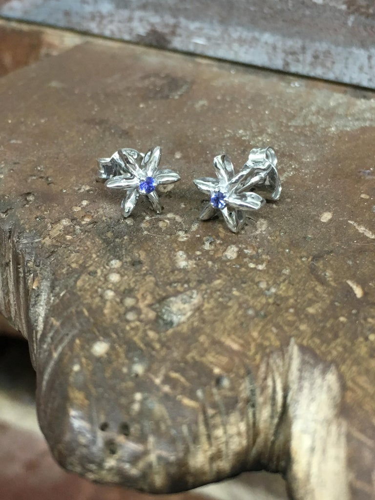 Contemporary Sapphire Stud Earrings in 18 Karat White Gold Made in Italy Can Be Custom Made For Sale