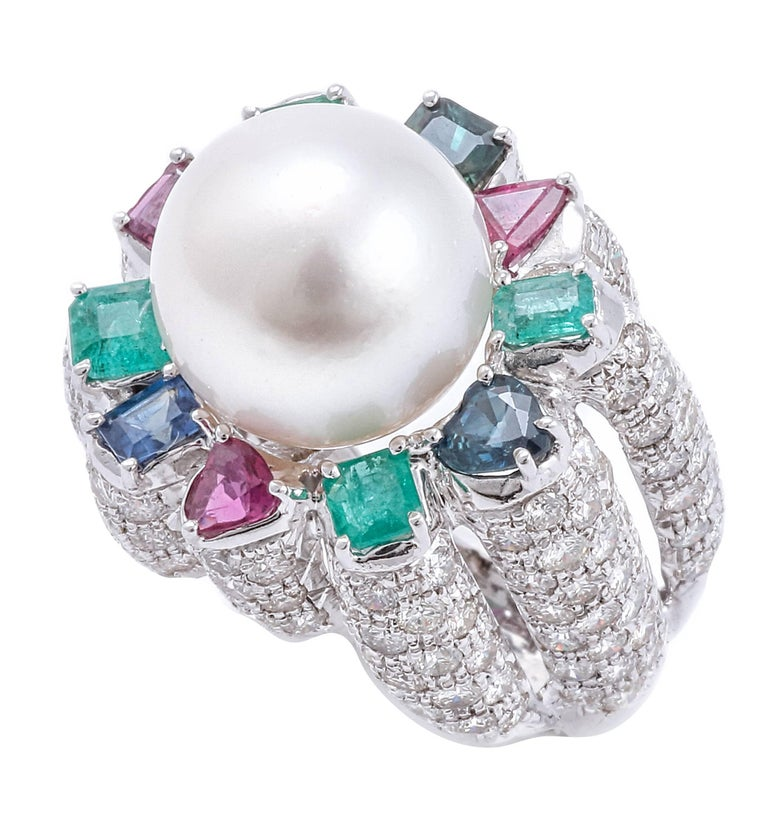 Beautiful 14 kt white gold ring, all encrusted with 6.48 ct diamonds, a marvelous Australian pearl of 3.3 g, surrounded by sapphires, rubies and emeralds from ct 3.1. Total weight g 18.19. Diamonds ct 6.48 Sapphires Rubini Emeralds ct 3.1 Pearl g