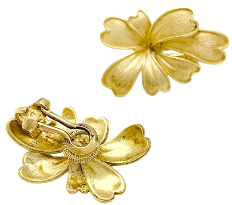 A 18Kt yellow gold earrings designed as stylized flowers in a satin surface. Clip-on back system. Dimensions : Length 28 x Width 19 x  9 mm Weight : 12.7 grams