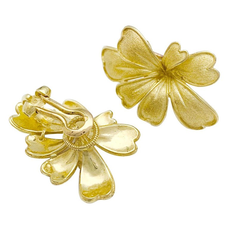 Satin Yellow Gold Flower Earrings In Excellent Condition For Sale In Ebene, MU