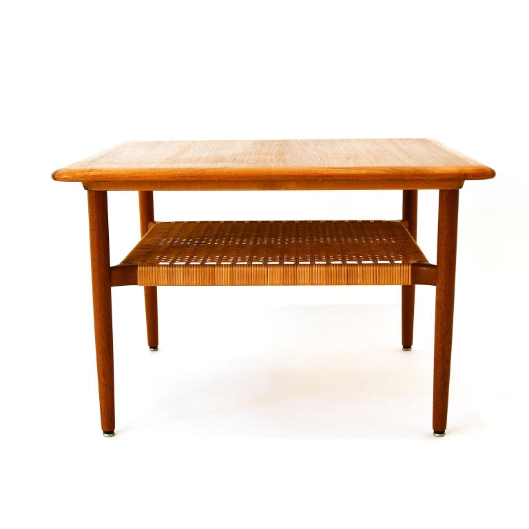 Scandinavian coffee table in solid teak and teak veneer, with wicker work, Mid-century. Very fine original condition. No brands.