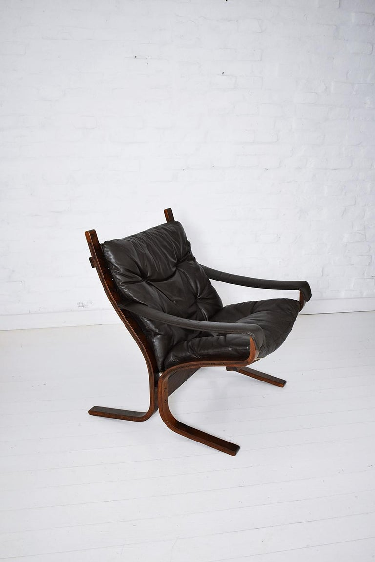 Stylish comfortable Ingmar Relling Siesta Scandinavian Modern lounge chair with stained bentwood frames and dark brown leather upholstery. In great original condition.