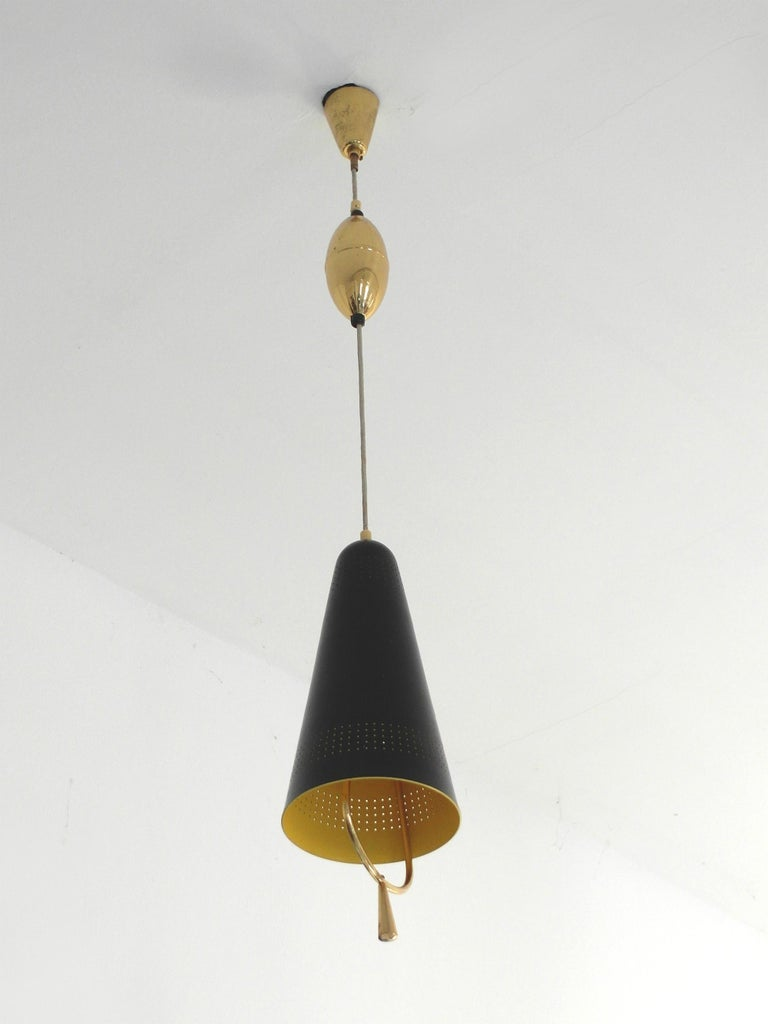 An adjustable Scandinavian modern pendel pendant light, Finland 1940s-1950s. This well-kept metal pendant light features resemblances with some of Paavo Tynell's early designs, but is not documented and has no trademarks.