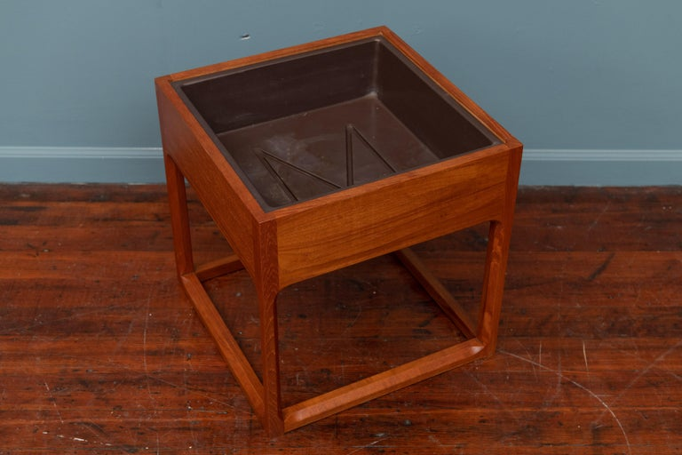 Scandinavian Modern cubic planter with chamfered legs, teak veneer and removable plastic liner. Designed by Aksel Kjersgaard and made in Denmark by Feldballes Mobelfabrik, circa 1960s. Newly refinished.