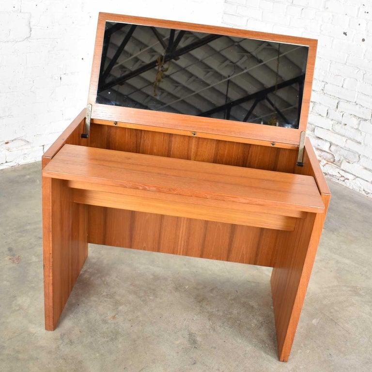 Scandinavian Modern Teak Flip Open Make Up Vanity w/ Mirror Jesper International In Good Condition For Sale In Topeka, KS
