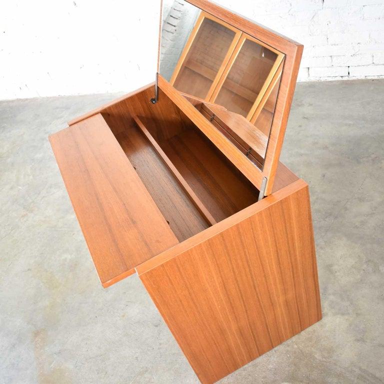 Scandinavian Modern Teak Flip Open Make Up Vanity w/ Mirror Jesper International For Sale 1