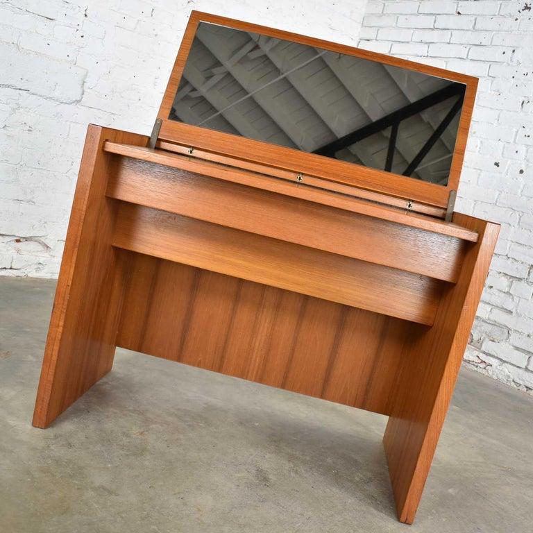 Scandinavian Modern Teak Flip Open Make Up Vanity w/ Mirror Jesper International For Sale 3