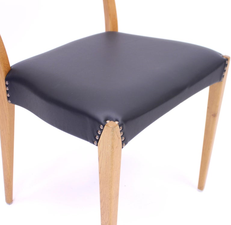 Scandinavian Oak Dining Chairs with Black Leather Seats, 1950s For Sale 12