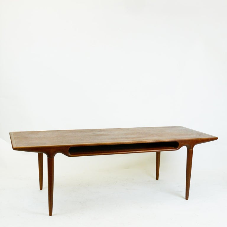 A superb danish Teak coffee table designed in the 1950s by Johannes Andersen for CFC Silkeborg, Model No 240. The Designs of Johannes Andersen are among the most organic and uniques of all danish furniture Designs. The table features a organic