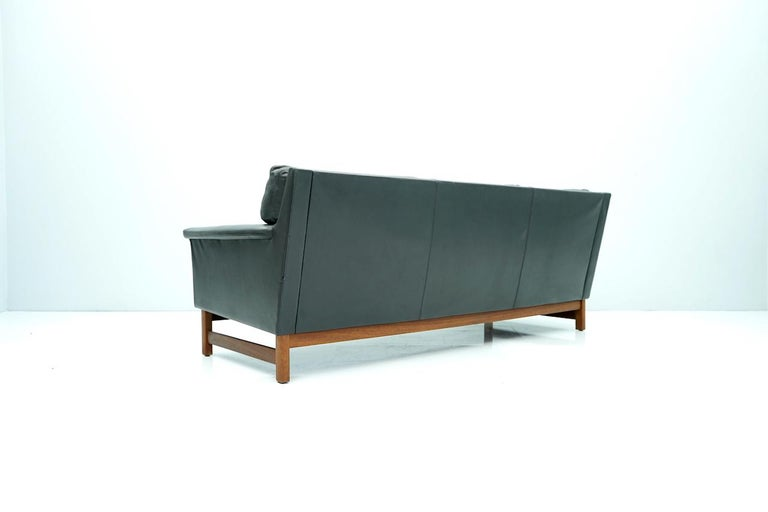 Scandinavian Three-Seat Sofa in Teak Wood and Black Leather, 1960s In Good Condition For Sale In Frankfurt / Dreieich, DE