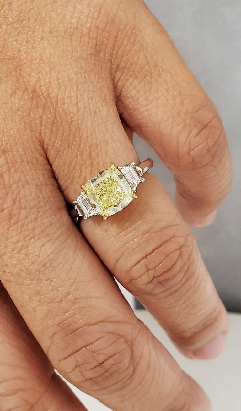 Women's or Men's Scarselli 3 Carat Fancy Light Yellow VVS2 Diamond Engagement Ring, Platinum GIA For Sale