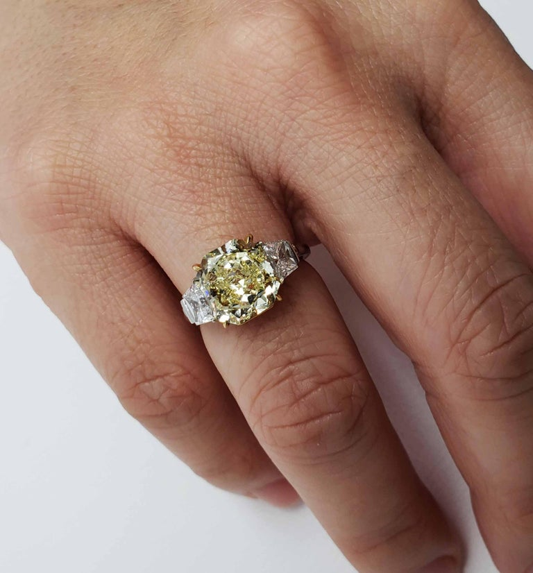 Scarselli 4 Carat Fancy Intense Yellow Radiant Diamond Ring 'VVS2' Platinum GIA For Sale 3
