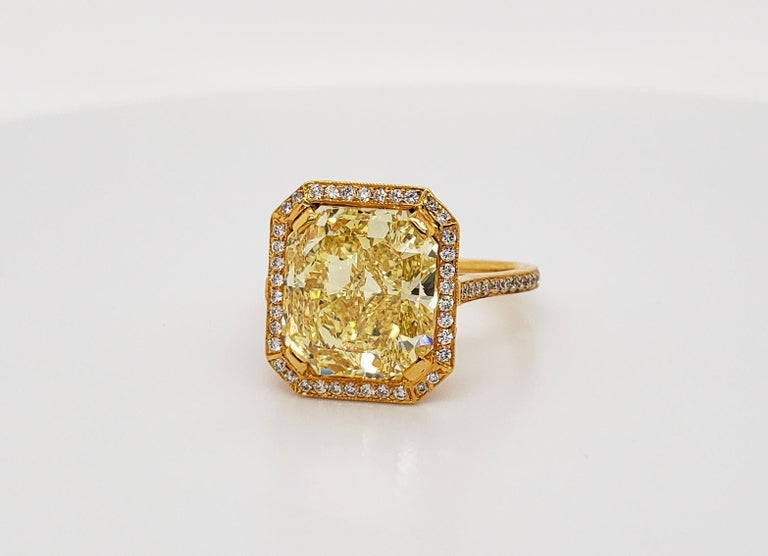 Scarselli 6.70 Carat Fancy Vivid Yellow Radiant Cut Diamond Ring VS2 GIA In New Condition For Sale In New York, NY
