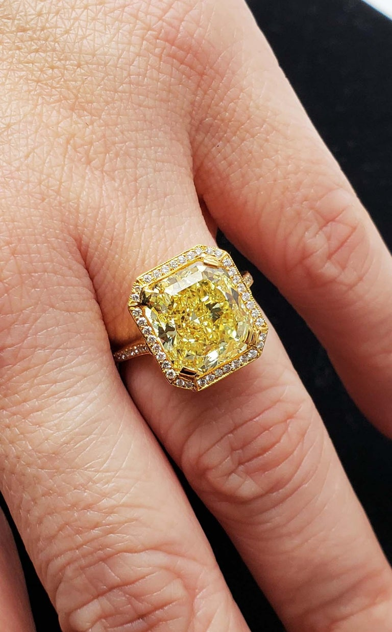 Scarselli 6.70 Carat Fancy Vivid Yellow Radiant Cut Diamond Ring VS2 GIA For Sale 1