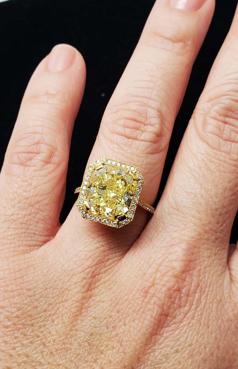 Scarselli 6.70 Carat Fancy Vivid Yellow Radiant Cut Diamond Ring VS2 GIA For Sale 2