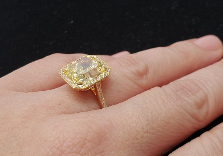 Scarselli 6.70 Carat Fancy Vivid Yellow Radiant Cut Diamond Ring VS2 GIA For Sale 3