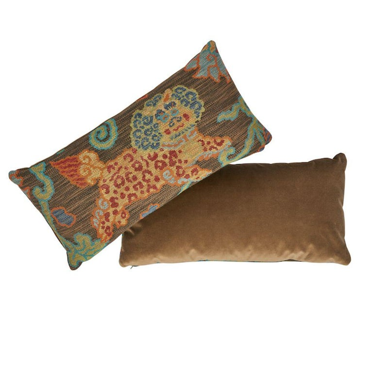 This pillow features Khotan Weave with a knife edge finish. Water-and stain-repellant, and with an abrasion rate that can handle even the most well-loved and well–used rooms, this velvet is also irresistibly handsome.