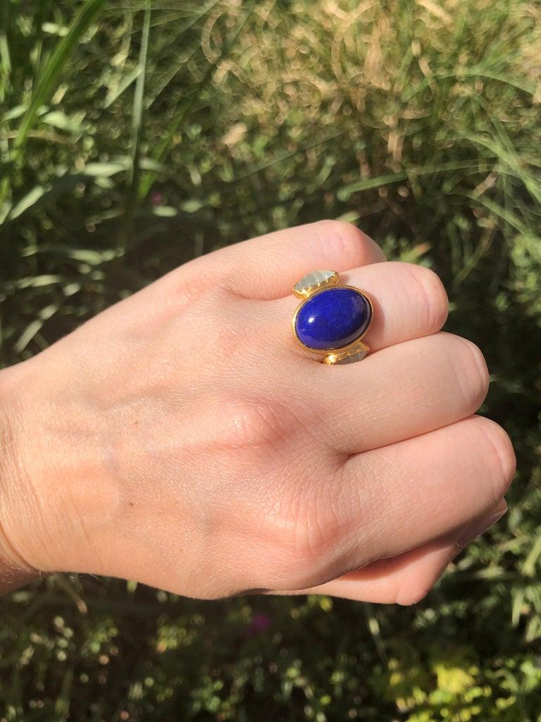 Contemporary Scrives 10.41 Carat Lapis Lazuli Cabochon Aquamarine Shell 22 Karat Gold Ring For Sale