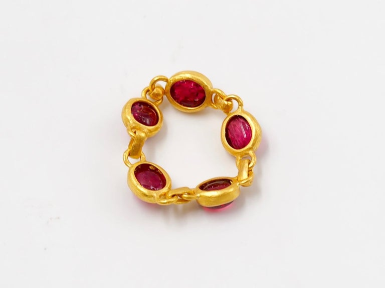 4.25 Carat Red Spinel Cabochon 22 Karat Gold Chain Ring For Sale 2