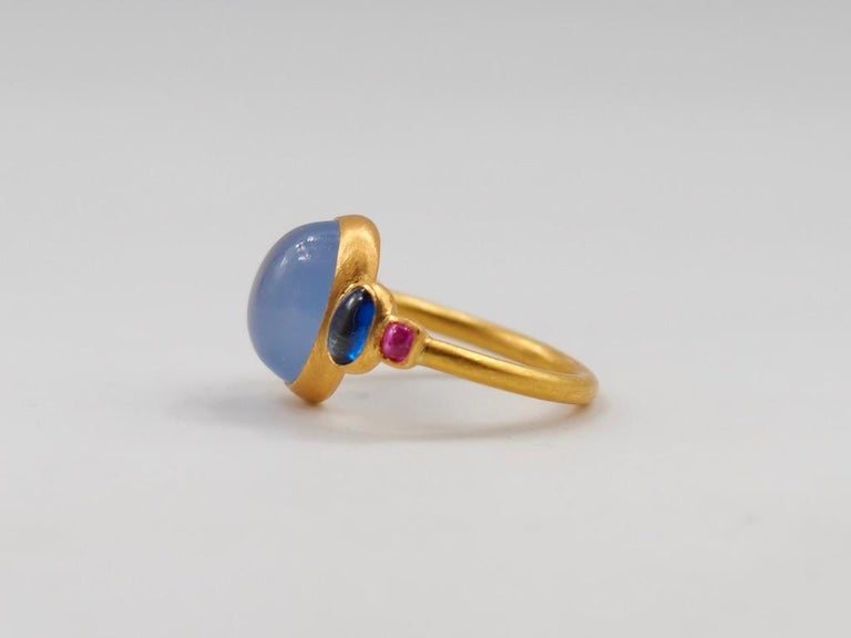 Oval Cut Scrives 5.27 Carat Blue Chalcedony Kyanite Ruby Cabochon 22 Karat Gold Ring For Sale