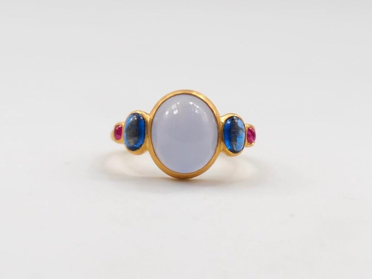Scrives 5.27 Carat Blue Chalcedony Kyanite Ruby Cabochon 22 Karat Gold Ring In New Condition For Sale In Paris, Paris