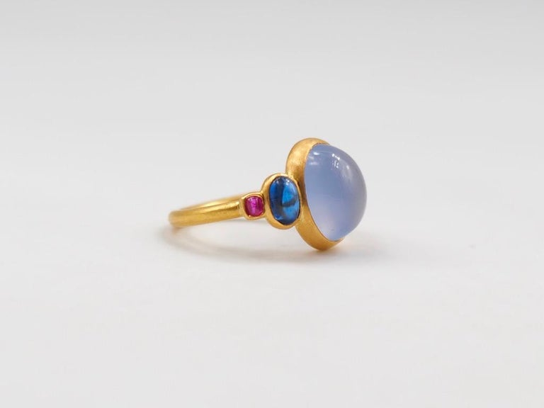 Scrives 5.27 Carat Blue Chalcedony Kyanite Ruby Cabochon 22 Karat Gold Ring For Sale 1