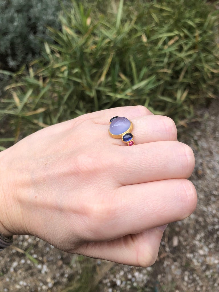 Scrives 5.27 Carat Blue Chalcedony Kyanite Ruby Cabochon 22 Karat Gold Ring For Sale 2