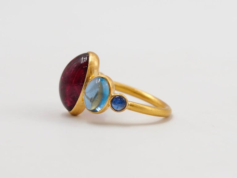 Scrives 5.92 Carat Rubelite Aquamarine Sapphire Cabochons 22 Karat Gold Ring In New Condition For Sale In Paris, Paris
