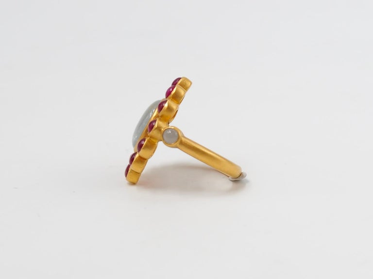 Contemporary Scrives 6.7 Carat Grey Sapphire Ruby Jade Cabochon 22 Karat Gold Cocktail Ring For Sale