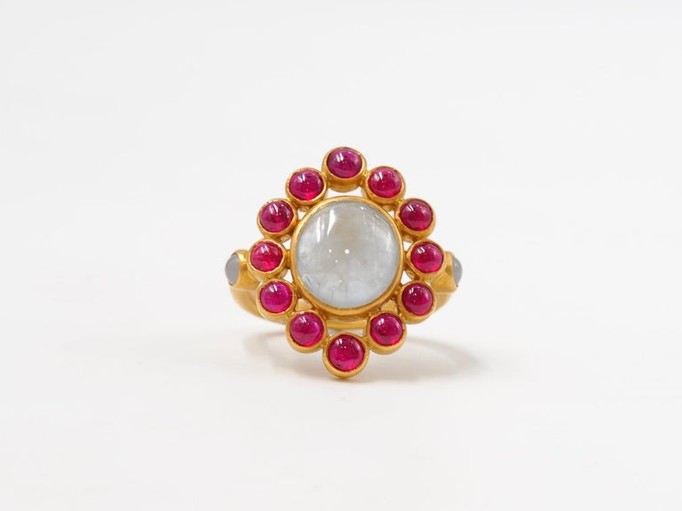 Scrives 6.7 Carat Grey Sapphire Ruby Jade Cabochon 22 Karat Gold Cocktail Ring In New Condition For Sale In Paris, Paris