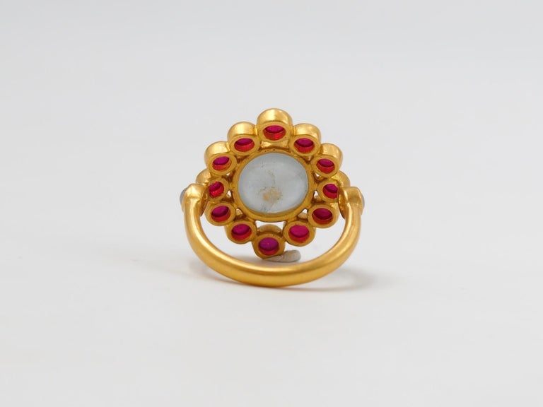 Scrives 6.7 Carat Grey Sapphire Ruby Jade Cabochon 22 Karat Gold Cocktail Ring For Sale 1