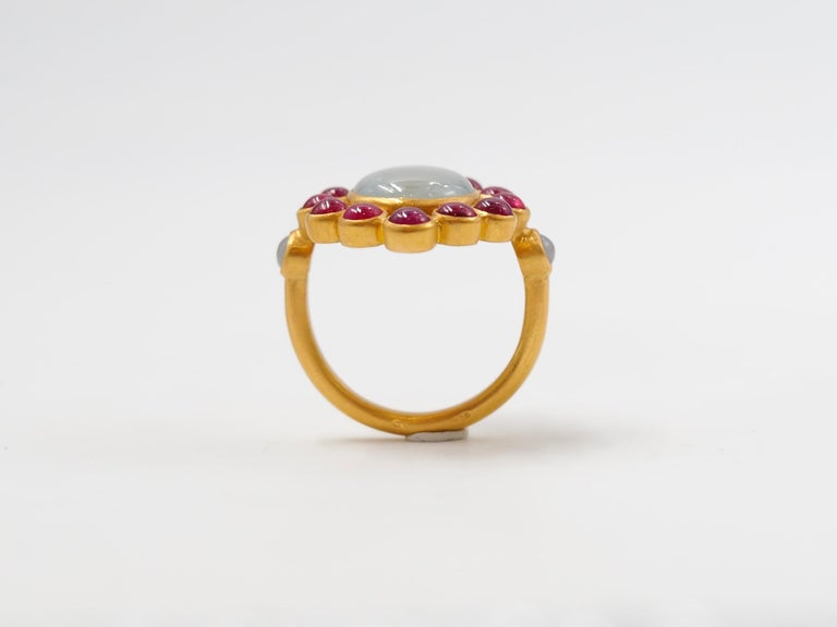 Scrives 6.7 Carat Grey Sapphire Ruby Jade Cabochon 22 Karat Gold Cocktail Ring For Sale 3