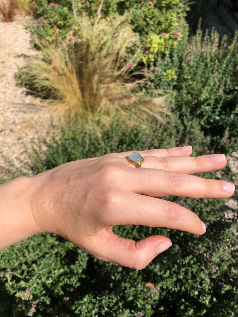 Scrives Aquamarine Emerald Cabochon 22 Karat Gold Turning Ring For Sale 3