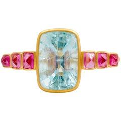 Doppelfinger-Ring aus 22 Karat Gold mit Aquamarin und Spinellen