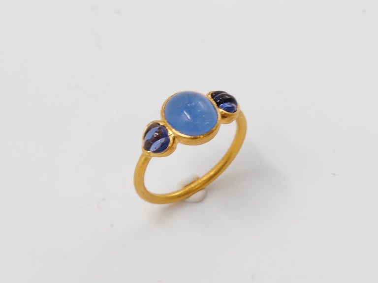 Contemporary Scrives Blue Hackmanite Cabochon Iolite Shell 22 Karat Gold Ring For Sale