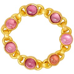 Scrives Pink Purple Spinel Cabochon 22 Karat Gold Chain Ring