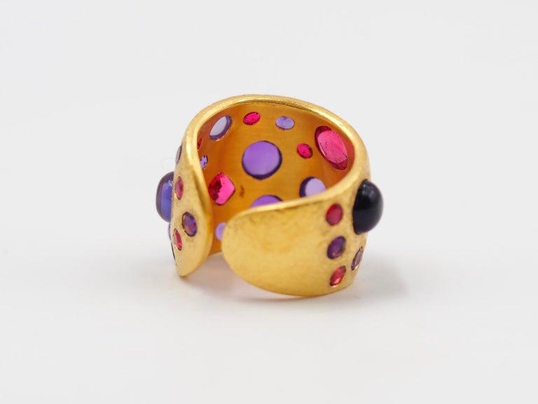 Scrives Spinel Amethyst Cabochons 22 Karat Gold Hammered Ring For Sale 5