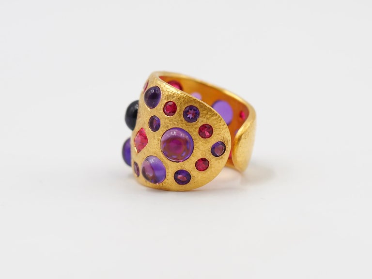 Contemporary Scrives Spinel Amethyst Cabochons 22 Karat Gold Hammered Ring For Sale